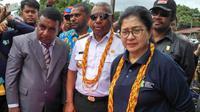 Menteri Kesehatan Nila Moeloek didampingi pejabat pemerintahan setempat mengunjungi Kabupaten Teluk Bintuni, Provinsi Papua Barat.