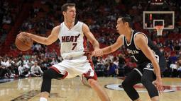 Guard Miami Heat, Goran Dragic (7), berduel dengan guard Brooklyn Nets, Jeremy Lin, dalam lanjutan laga pramusim NBA 2016-2017 di American Airlines Arena, Miami, Florida, AS, Selasa (11/10/2016). (Bola.com/Twitter/NBATV)