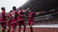 Para pemain Persija Jakarta merayakan gol yang dicetak Marko Simic ke gawang Mitra Kukar pada laga Liga 1 di SUGBK, Jakarta, Minggu (9/12). (Bola.com/Vitalis Yogi Trisna)