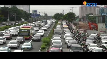 Kemacetan terjadi karena adanya pertemuan arus kendaraan di jalur inspeksi dan tol Becakayu.