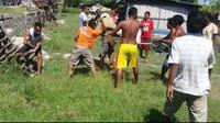 Seorang pria dikeroyok warga karena menabrak doa bocah