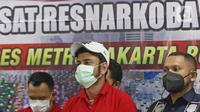 Artis peran Rio Reifan dihadirkan dalam rilis kasus narkoba di Polres Metro Jakarta Pusat, Rabu (21/4/2021). Rio Reifan tertangkap basah ketika polisi menggeledah rumahnya saat memesan sabu melalui ojek online dengan berat 1 gram. (Liputan6com/Herman Zakharia)
