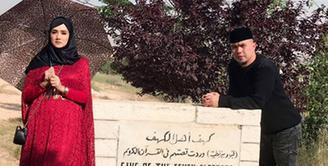Pasangan musisi Ahmad Dhani dan Mulan Jameela sedang melaksanakan bulan madu. Beberapa destinasi religi dikunjungi oleh pasangan ini. (Instagram/mulanjameela1)