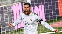 Bek Real Madrid, Sergio Ramos, merayakan gol yang dicetaknya ke gawang Getafe pada laga lanjutan La Liga pekan ke-33 di Stadion Alfredo Di Stefano, Jumat (3/7/2020) dini hari WIB. Real Madrid menang 1-0 atas Getafe. (AFP/Gabriel Bouys)