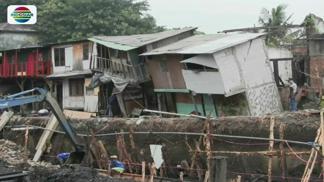 Sedikitnya tiga rumah warga di Pademangan, Jakarta Utara, ambles akibat dampak pengerjaan proyek normalisasi anak Kali Ciliwung.
