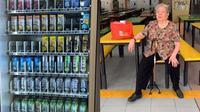 Nenek jualan minum (Sumber: Worl of Buzz)