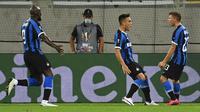 Striker Inter Milan, Lautaro Martinez, melakukan selebrasi usai mencetak gol ke gawang Shakhtar Donetsk pada laga semifinal Liga Europa di Merkur Spiel-Arena, Selasa (18/8/2020). Inter Milan menang dengan skor 5-0. (Federico Gambarini/dpa via AP)
