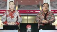 Tangkapan layar menampilkan Komisaris Utama PT. Bukalapak.com Tbk, Bambang Brodjonegorobersama Direktur Utama PT. Bukalapak.com Tbk, M Rachmat Kaimuddin menekan tombol saat pencatatan perdana saham BUKA secara virtual, Jakarta, Jumat (6/8/2021). (Liputan6.com)