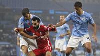 Pemain Liverpool, Mohamed Salah (tengah), mendapat penjagaan ketat pada laga melawan Manchester City di Stadion Etihad, Senin (9/11/2020) dini hari WIB. (AFP/Shaun Botteril)