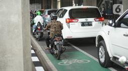 Kendaraan melintasi jalur sepeda di Jalan Fatmawati Raya, Jakarta Selatan, Kamis (21/11/2019). Pemprov DKI menerapkan tilang kepada para penerobos jalur sepeda setelah uji coba selama beberapa bulan. (Liputan6.com/Immanuel Antonius)