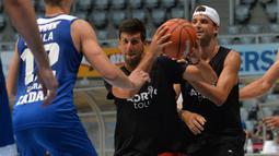 Petenis Serbia, Novak Djokovic bermain basket dengan pemain tenis Bulgaria Grigor Dimitrov, kanan, di Zadar, Kroasia (18/6/2020). Novak Djokovic dinyatakan positif mengidap virus corona setelah mengikuti serangkaian pameran tenis yang ia selenggarakan di Serbia dan Kroasia. (AP Photo/Zvonko Kucelin)
