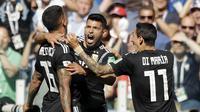 Para pemain Argentina merayakan gol yang dicetak oleh Sergio Aguero ke gawang Islandia pada laga Piala Dunia di Stadion Spartak, Sabtu (16/6/2018). Argentina bermain imbang 1-1 dengan Islandia. (AP/Matthias Schrader)