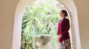 Yuki Kato tampil anggun dnegan kebaya berwarna merah. Penampilannya makin sempurna dengan rambut yang disanggul. Banyak orang yang menjuluki Yuki sebagai sosok Kartini masa kini. (Liputan6.com/IG/@yukikt)