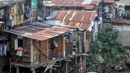 Suasana permukiman kumuh bantaran kali ciliwung di kawasan Manggarai, Jakarta, Sabtu (9/1). Kementerian Pekerjaan Umum dan Perumahan Rakyat (PUPR) tengah menggarap Program Kota Tanpa Kumuh (kotaku). (Liputan6.com/Faizal Fanani)