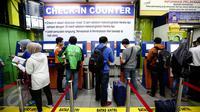 Sejumlah calon penumpang mencetak tiket kereta api di Stasiun Gambir, Jakarta, Selasa (28/6). Memasuki H-8 Idul Fitri, warga mengaku sengaja mudik Lebaran lebih awal guna memanfaatkan libur panjang sekolah. (Liputan6.com/Faizal Fanani)