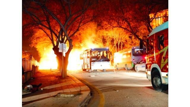 Ledakan bom mobil di ibu kota Turki, Ankara pada Rabu malam waktu setempat menewaskan setidaknya 28 orang dan 60 orang lainnya luka-luka. Para pejabat mengatakan bom mobil ini meledak ketika iring-iringan bus militer tengah lewat.