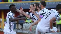 Penyerang Juventus, Moise Kean (kiri) mendapat selamat dari rekan-rekannya usai mencetak gol ke gawang Bologna, pada giornata terakhir Liga Italia Serie A 2016-2017, di Stadion Renato Dall'Ara, Minggu (28/5/2017) dini hari WIB.  (AFP/Gianni Schicchi)