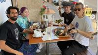 Bersantap di Restoran di Los Angeles, Yellow Claw Pilih Nasi Padang dan Mi Goreng. (dok.Instagram @yellowclaw/https://www.instagram.com/p/CS8Mq5joxd-/Henry)