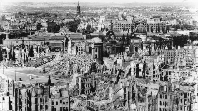 Kondisi Dresden setelah dihujani bom yang mengubah kota tersebut menjadi lautan api. (Creative Commons)
