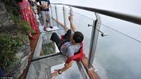 Jalan kaca di 'Coiling Dragon Cliff', Gunung Tianmen, Zhanjiajie, selatan Tiongkok. (Getty Images)