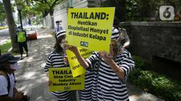 Aksi sejumlah orang yang tergabung dalam PETA di depan Kedutaan Besar (kedubes) Thailand di Jakarta, Selasa (8/12/2020). Mereka meminta dubes Thailand untuk Indonesia mengakhiri penggunaan tenaga kerja monyet di industri kelapa Thailand oleh perusahaan seperti Chaokoh. (Liputan6.com/Faizal Fanani)