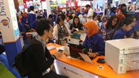 Pengunjung mencari info pemesanan tiket pada pameran Garuda Indonesia Travel Fair 2018 di Jakarta Convention Centre, Jumat (5/10). GATF adalah program rutin yang berlangsung dua kali setahun, berawal sejak 2009. (Liputan6.com/Angga Yuniar)