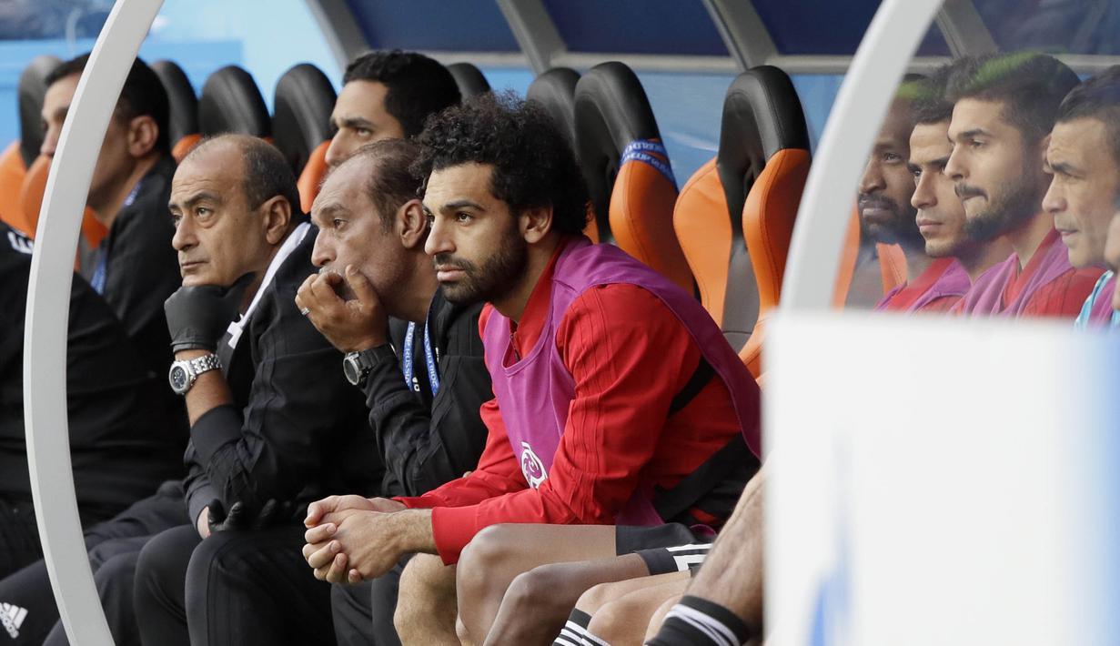 Striker Mesir, Mohamed Salah, tampak tegang saat menyaksikkan pertandingan antara Mesir kontra Uruguay pada laga Piala Dunia di Stadion Ekaterinburg, Jumat (15/6/2018). Mohamed Salah tidak dimainkan karena masih cedera. (AP/Mark Baker)