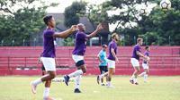 PSM Makassar dalam sesi latihan. (Bola.com/Abdi Satria)