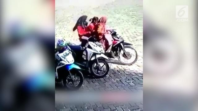 Aksi tiga gadis zaman now mencuri helm terekam kamera CCTV dan viral di media sosial.