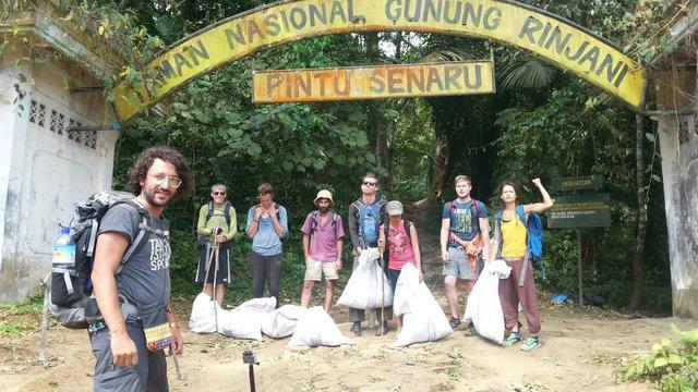 Apa yang dilakukan para turis ini juga mengingatkan kita untuk selalu menjaga dan mencintai alam pemberian Tuhan bagi Indonesia.