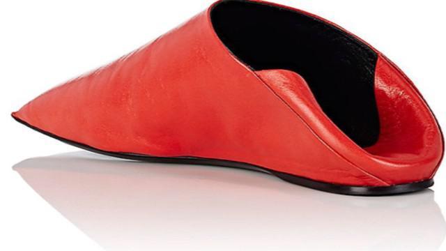 Balenciaga kembali merilis barang dengan desain yang tak biasa. Kali ini retailer high end itu membuat sepatu yang mirip dengan kantung kentang goreng.
