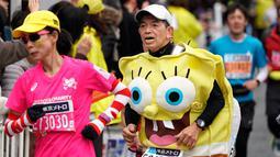 Seorang pelari mengenakan kostum kartun SpongeBob saat ambil bagian pada Tokyo Marathon 2018, Minggu (25/2). Tokyo Marathon adalah salah satu dari 6 kompetisi lari kelas dunia setelah Boston, New York, Chicago, Berlin, dan London. (AP/Shizuo Kambayashi)