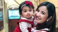 Andi Soraya dan kebahagiaannya bersama anak bayinya. (Instagram/andisorayabeatrix)