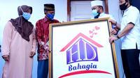 Wali Kota Bengkulu Helmi Hasan bersama Wakil Wali Kota Dedy Wahyudi menyerahkan rumah kepada warga korban kebakaran melalui Program HD Bahagia. (Liputan6.com/Yuliardi Hardjo)