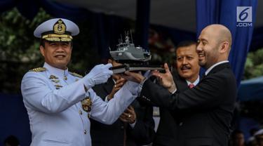 Kepala Staf Angkatan Laut (Kasal) Laksamana TNI Ade Supandi  menerima replika armada baru KRI Kurau 856 dari Dirut PT Caputra Mitra Sejati (CMS), Kriss Pramono di Dermaga Pelabuhan Sunda Kelapa, Jakarta, Kamis (6/7). (Liputan6.com/Faizal Fanani)
