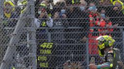 Meski hanya finish diurutan 10 dan gagal meraih podium di MotoGP Emilia Romagna, Rossi tetap menjalani acara perpisahan yang emosional dengan pendukungnya di Sirkuit Misano. (AP Photo/Antonio Calanni)