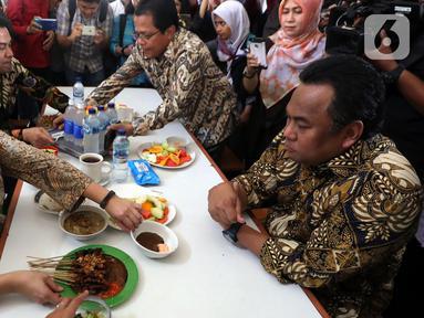 Ketua DPR Puan Maharani (kiri) makan siang di Kantin Pujasera, Kompleks Parlemen, Senayan, Jakarta, Selasa (8/10/2019). Puan memesan makan siang dengan menu tongseng, sate, hingga rujak usai berkeliling Kompleks Parlemen. (Liputan6.com/JohanTallo)
