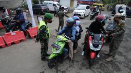 Petugas memeriksa surat tugas pemilik kendaraan bermotor pada Pos Penyekatan Lebaran 2021 di Ciloto, Cianjur, Jawa Barat (9/5/2021). Pos penyekatan ini ditujukan kepada kendaraan pemudik yang selanjutnya akan memutar balik para pemudik dalam upaya pengendalian COVID-19. (merdeka.com/Arie Basuki)