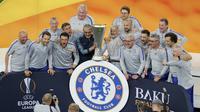 Manajer Chelsea Maurizio Sarri berpose dengan trofi Liga Europa usai mengalahkan Arsenal pada laga final di Olympic stadium in Baku, Azerbaijan, Kamis (30/5/2019) dini hari WIB.(AP Photo/Dmitri Lovetsky)