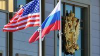 Bendera Amerika Serikat berkibar berdampingan dengan bendera Rusia (AFP)