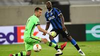 Penyerang Inter Milan, Romelu Lukaku, berusaha mencetak gol ke gawang Bayer Leverkusen pada perempat final Liga Europa 2019/2020 di Merkur Spiel-Arena, Jerman, Selasa (11/8/2020) dini hari WIB. Inter Milan menang 2-1 atas Bayer Leverkusen. (AFP/Dean Mouhtaropoulos/pool)