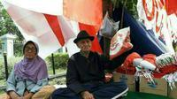 Tetap berjuang, pasangan manula Mak Ocih dan Abah Salimin tetap berjualan bendera menyambut 17 Agustus di Bandung. (Fajar Putra)