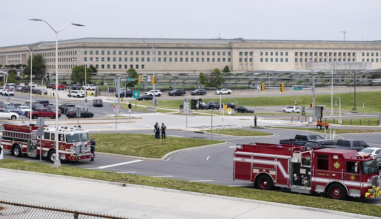 Kendaraan darurat terlihat di luar area Metro Pentagon, Pentagon, Washington, Amerika Serikat, Selasa (3/8/2021). Pentagon memberlakukan lockdown untuk mengamankan situasi menyusul insiden penembakan di Pentagon Transit Center. (AP Photo/Andrew Harnik)