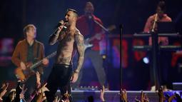 Vokalis Maroon 5 Adam Levine saat tampil memeriahkan pertandingan antara Los Angeles Rams dan New England Patriots dalam Super Bowl LIII di Atlanta, Georgia, AS, Minggu (3/2). (AP Photo/Jeff Roberson)