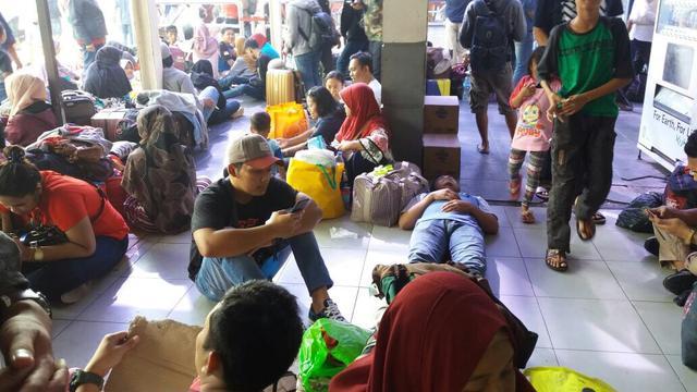 Pemudik di Stasiun Senen, Jakarta Pusat.