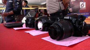 Tiga fotografer di Lumajang, Jawa Timur di bekuk polisi, lantaran terkait kasus pencabulan dalam profesinya. Ratusan foto bugil disita polisi.