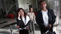 Dokter Sonia Wibisono menyapa seusai menjalani pemeriksaan di gedung KPK Jakarta, Jumat (26/1). Sebelumnya, Rita telah ditetapkan KPK sebagai tersangka dalam tiga kasus, salah satunya tindak pidana pencucian uang (TPPU). (Liputan6.com/Herman Zakharia)