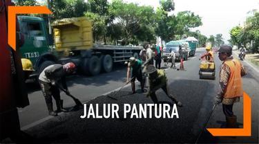 Proyek perbaikan jalur pantura terus dilakukan setiap hari menjelang arus mudik lebaran 2019. Di Tuban, perbaikan kerusakan jalan di sejumlah titik diilakukan dengan tambal sulam dan pengaspalan.