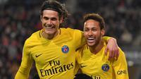 Pemain PSG, Neymar (kanan) dan Edinson Cavani merayakan gol ke gawang Rennes pada laga Ligue 1 Prancis di Roazhon Park, Rennes, (16/12/2017). PSG menang 4-1. (AFP/Loic Venance)
