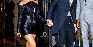 Hadir di MTV VMA 2021, Kourtney Kardashian tampil kompak dengan kekasihnya Travis Barker dalam balutan busana serba hitam. (Instagram/thehapablonde).